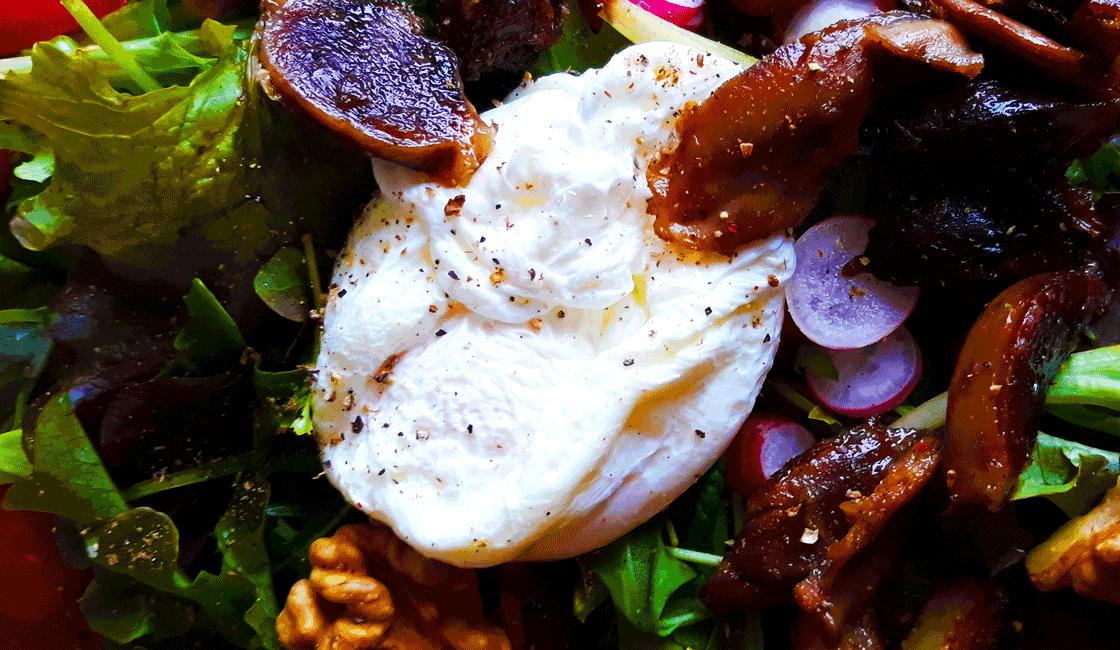 Salade complète à l'œuf poché